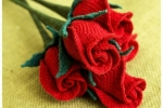 Rose rosse fatte all'uncinetto