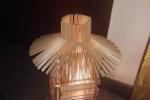 Lampada da tavolo creata con i bastoncini dei ghiaccioli