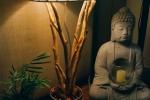 Lampada in legno con paralume in tessuto bianco plissettato