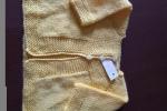 Maglioncino per bimba ai ferri con lana acrilico baby di colore giallo