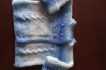 Maglioncino per neonati a ferri con lana sfumata dai colori dal bianco al blu