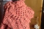 Mantella in lana lavorata a uncinetto rosa
