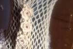 Mantella in lana realizzata a uncinetto con bordo in lana
