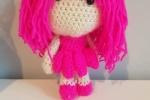 Mini bambolina in lana fatta all'uncinetto