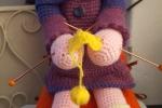Nonna che fa la maglia amigurumi