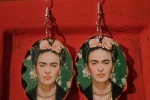 Orecchini in legno raffigurata Frida Kalo