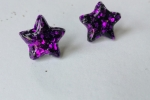 Orecchini a stella viola in resina