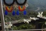 Orecchini con cerchio di perline e pendenti colorati