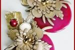 Orecchini con fiore in similpelle oro e disco in resina