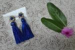 Orecchini con nappe blu elettrico e fiore oro