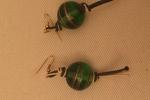 Orecchini con perle rotonde verdi e oro