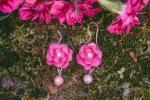 Orecchini con roselline fucsia in plastica