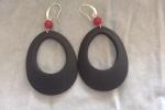 Orecchini neri in resina e pallina di vetro rossa