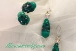 Orecchini ed anello con perle, malachite e cristalli