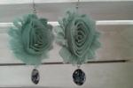 Orecchini fiori di chiffon azzurri con perle
