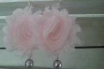 Orecchini fiori di chiffon rosa con perle