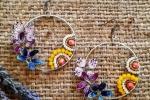 Orecchini a cerchio con fiori e farfalle