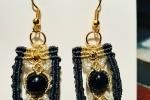 Orecchini pendenti a macrame con perline in vetro e ottone