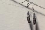 Orecchini pendenti con perline di carta neri
