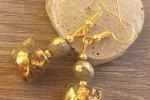 Orecchini pendenti di cemento decorati con foglia oro