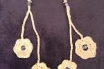 Orecchini pendenti gialli con fiorellini, fatti a mano