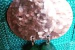 Orecchini pendenti in alluminio martellato e pietra verde