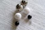 Orecchini sfera in resina bianca maculata, agata bianca, onice nero
