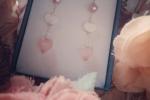 Orecchini in quarzo rosa impreziositi da piccoli cuori in madreperla