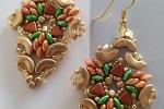 Orecchini Shield nei toni dell'oro, verde, rosa e ambrato