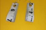 Orecchini creati con pezzi di metro in plastica
