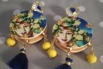 Orecchini tamburello giallo con pietre gialle e nappina blu