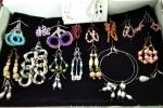 Orecchini di perline, bottoni e altri materiali