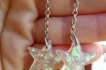 Orecchini realizzati in resina a forma di stelle