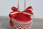 Palla di natale rossa fatta a mano pannolenci e stoffa