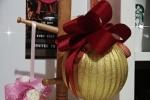 Pallina di Natale con nastro di raso oro e rosso
