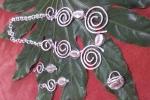 Parure composta da collana orecchini e anello con spirali