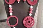 Parure all'uncinetto con perle bianche e rosse