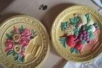 Piatti e angeli in polvere di gesso da parete