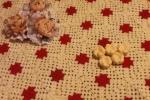Plaid modello Granny rosso-panna con fiori in rilievo