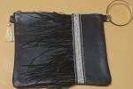Pochette nera e piume