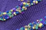 Ponchocon filato di mohair e filato di ciniglia a pallini viola e verde