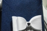 Porta posta blu in feltro fatto a mano con fiocco bianco
