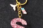 Portachiave con la lettera S rosa