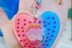 Portachiavi con cuore in resina blu e rosa