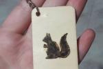 Portachiavi con scoiattolo, simbolo dell'autunno, pirografato