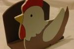 Portatovaglioli/carte in legno forma gallina