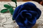 Rosa all'uncinetto in cotone colore blu elettrico