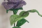 Rosa di perline color lilla iridato e fil di ferro