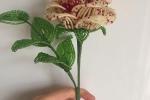 Rosa di perline color crema e lampone