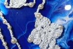 Rosario azzurro ricamato con perline. Disponibile in vari colori